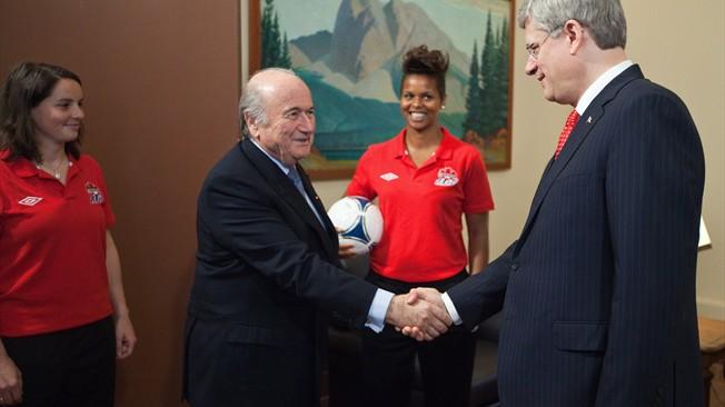 El Presidente Blatter respalda al fútbol femenino en Canadá