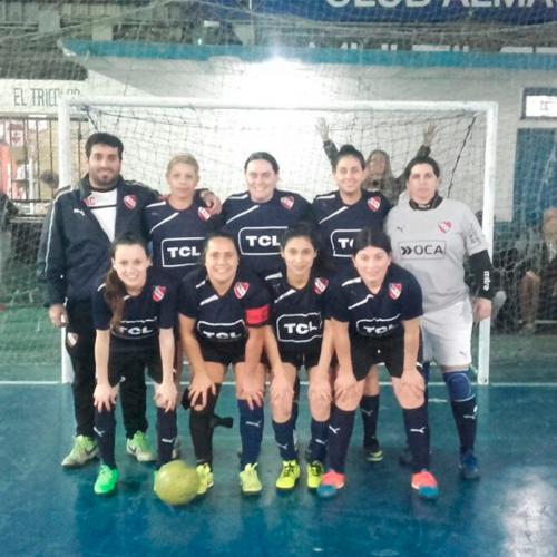 Jugar al fútbol femenino con amigas y en el club de los amores