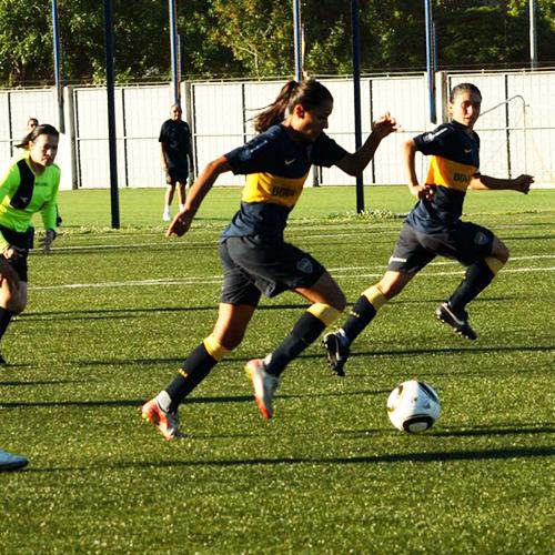 Jugadora, preparadora física y árbitra de fútbol