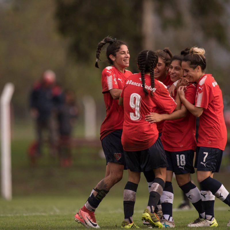 Las Diablas: Las chicas visten de rojo el fútbol